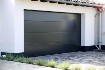 Porte de garage enroulable ou basculante ?